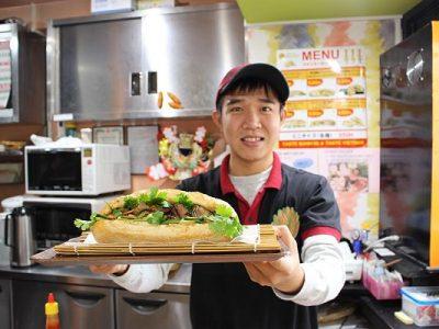 Nhân viên chế biến thức ăn tại nhà hàng tiện lợi